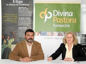Sergio Moratón, de la Fundación Vicente Ferrer, y Rosa Laparra, de la Fundación Divina Pastora, firman el convenio.