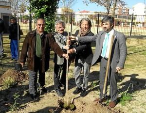 Suárez Japón junto al gestor de la Asociación Kenzo, Watanabe Minoru, el propio Kenzo Takada y el alcalde de Coria del Río, Modesto González.