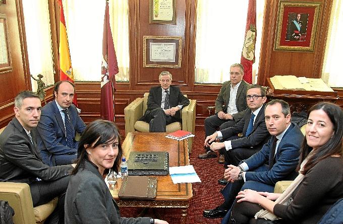 Los asistentes a la reunión en el Ayuntamiento de León.