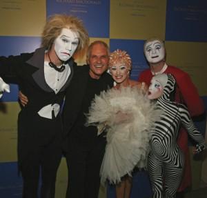 El artista con miembros del Cirque du Soleil. / Foto: www.richardmacdonald.com