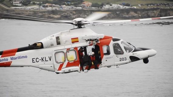 Rescatado el tripulante de un pesquero varado que intentó llegar a tierra a nado en Asturias