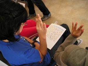 Una persona sorda aprende la lengua de signos.