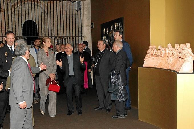 Doña Elena recibe explicaciones durante su recorrido por la exposición. / Foto: Casa de S.M. el Rey.