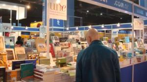Stand de la UNE en la Feria del Libro de Buenos Aires.