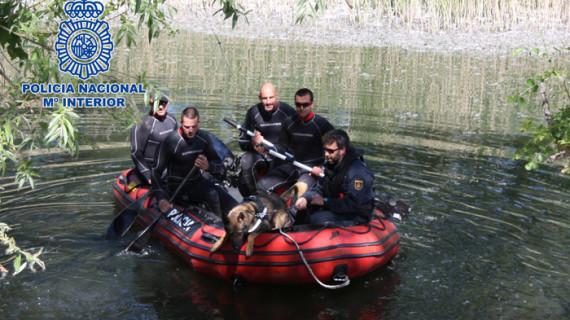La Policía Nacional adiestra a sus perros para localizar restos humanos en zonas de agua
