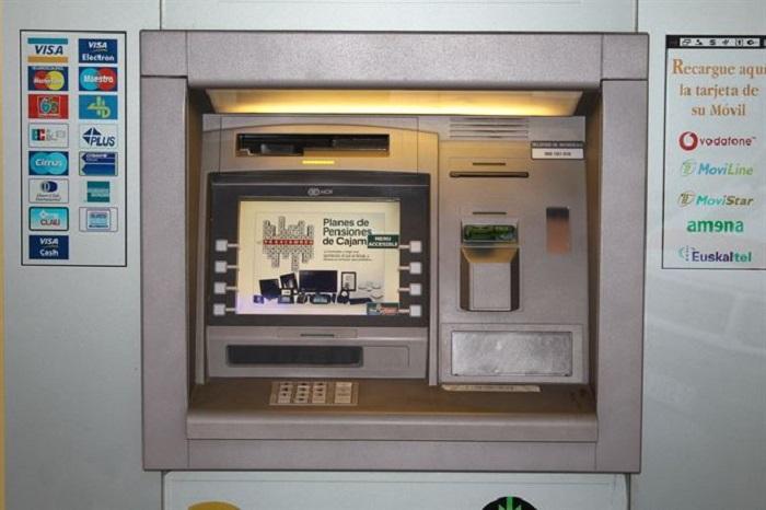 Entra en vigor el nuevo modelo que impide la doble comisión por sacar dinero en cajeros