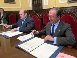 Firmas del acuerdo entre el Ayuntamiento y el Colegio de Médicos.