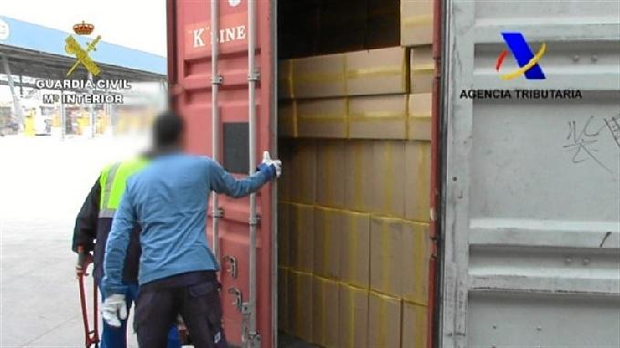 Las cajas de tabaco en el puerto catalán.