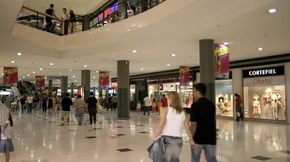 La afluencia de visitantes a centros comerciales sube por primera vez en más de dos años en abril