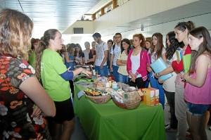 Una de las mesas de comercio justo en las universidades españolas.