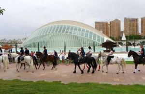 Desfile de los jinetes por Ciudad de las Artes y las Ciencias de Valencia.
