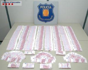 Los Mossos encontraron 400.000 euros en billetes de 500 en el interior de la chaqueta de uno de los ocupantes del vehículo.