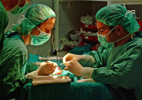 Operación de trasplante de órganos.