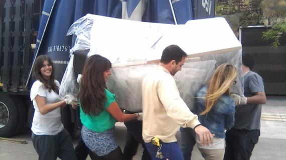 Alumnos de la Universidad Jaume I de Castellón trabajan en la construcción de una casa solar sostenible