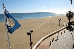 Una de cada seis banderas azules del mundo ondea en una playa española.