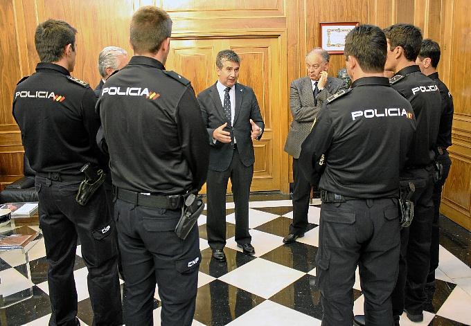 Cosió habla con los policías que han partido hacia Nigeria.