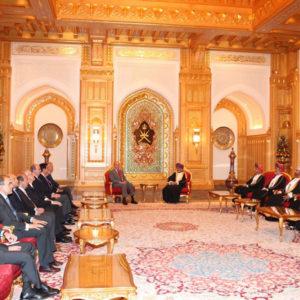 Don Juan Carlos junto a Su Majestad Sultán Qaboos Bin Said durante la reunión mantenida con las delegaciones. / Foto: www.casareal.es