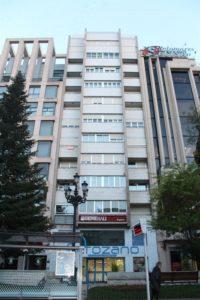 Un bloque de pisos con viviendas a la venta.