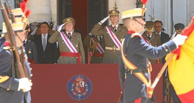 El Rey y el Príncipe presiden juntos un acto militar en El Escorial vestidos con el uniforme de Tierra