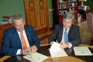 Fernando Burgaz firma el convenio con el representante de las cooperativas agroalimentarias. / Foto: Ministerio de Agricultura