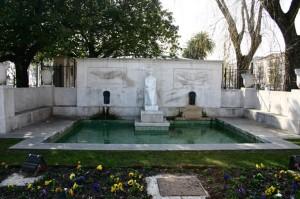 Fuente en honor a Concha Espina situada en los jardines de Pereda de Santander. / Foto: wikipedia.