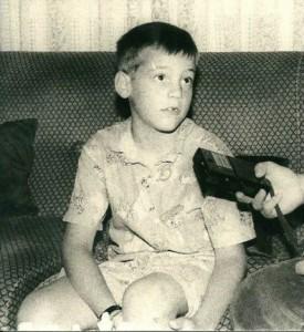 Francisco Vallejo dando una entrevista con siete años.