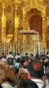 El domingo por la tarde la Virgen aguardaba en su santuario.