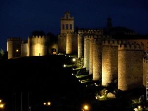 Vista nocturna de la muralla de Ávila. / Foto: wikipedia