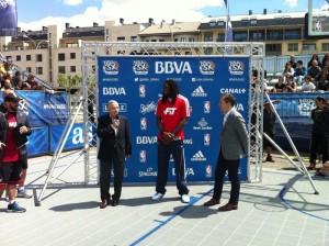 Kenneth Faried acudió a la inauguración del NBA 3X León.