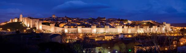 Vista panorámica nocturna de Ávila. / Foto: wikipedia.