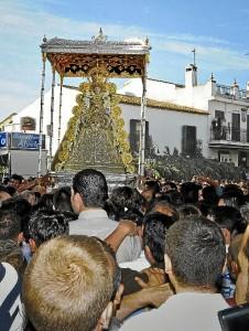 Un instante de la procesión de la Blanca Paloma. / Foto: J. Norte.