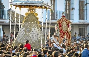 Los romeros han acercado a  los niños para que la Virgen los bendiga. / Foto: J. Norte.