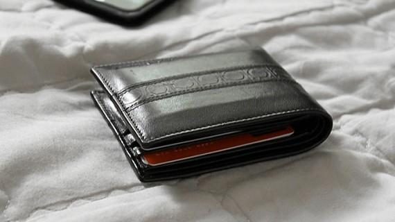 Una mujer entrega a la Policía una cartera con 2.000 euros perdida en Avilés