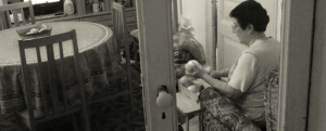 La madre de los Benítez es quien pela y pocha las cebollas que llevan todas las empanadas.