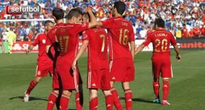 Los jugadores arropan a Villa tras el tanto. / Foto: Carmelo Rubio / www.sefutbol.com