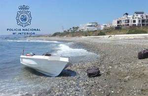 La embarcación incautada en la playa malagueña.