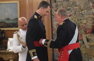Don Juan Carlos entrega el fajín al Rey Felipe VI.