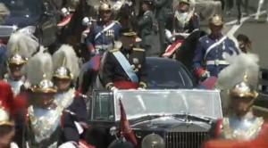 El monarca ha saludado desde un coche descapotable a los ciudadanos.