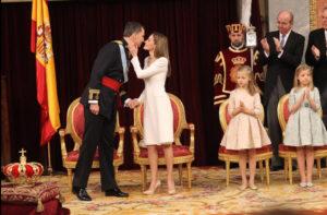 La Reina Letizia tiene un gesto de cariño con el Rey tras el juramento y proclamación.