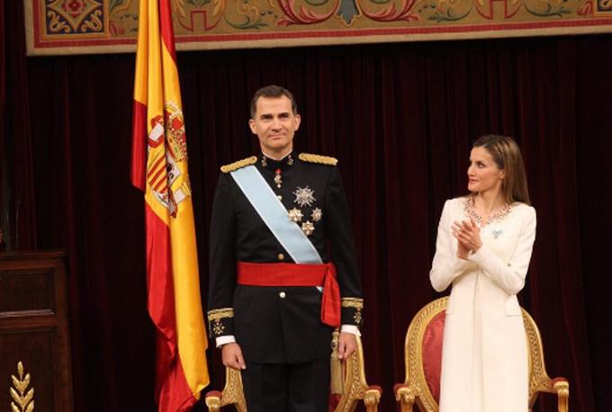 Aplausos para el nuevo Rey.