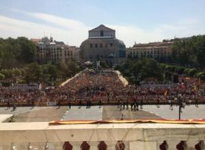 La Plaza de Oriente, llena para ver a los nuevos Reyes.