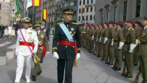 Felipe VI pasa por primera vez revista a la tropas.