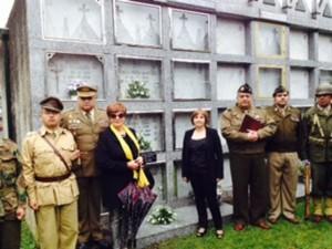 Dos sobrinas de Manuel Otero ante su tumba acompañados de recreacionistas de la II Guerra Mundial.