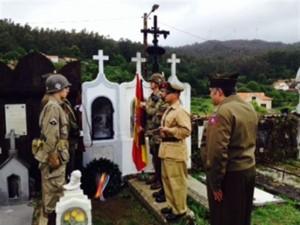 Recreacionistas ante la tumba de Manuel Otero.