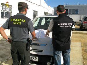 La Guardia Civil se ha incautado de material y equipos informáticos y deportivos, así como cinco automóviles.