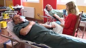 Guardias civiles donando sangre.