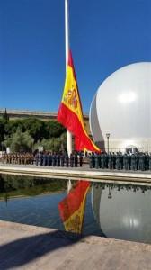 Izado de la bandera el Día de las Fuerzas Armadas.