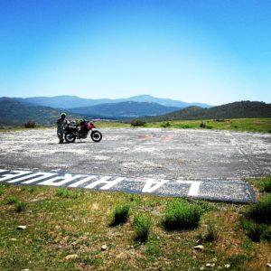 Su meta es recorrer los más de 8.000 municipios de España en moto.