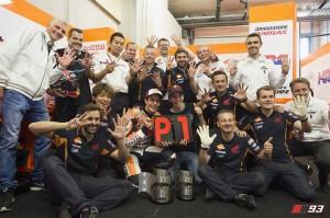 El campeón junto a su equipo. / Foto: Twitter Marc Márquez.