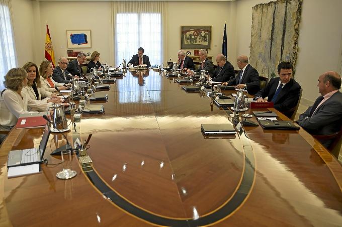 El Consejo de Ministros ha mantenido una reunión extraordinaria en La Moncloa con motivo de la abdicación del Rey.